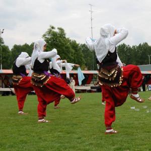 werelddans turksedans bij demonstratiegroep grad na more