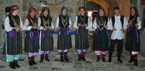 onze demonstratiegroep grad na more in turks kostuum